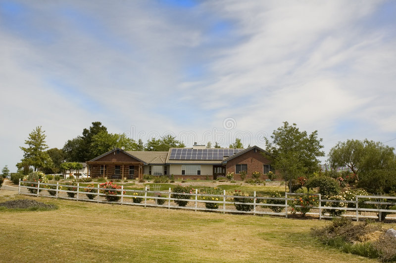 Ηλιακή τροφοδοτημένη, σπίτι στοκ φωτογραφία