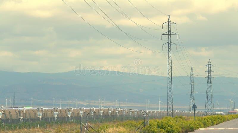 Ηλιακός σταθμός, γεννήτριες αέρα και πυλώνες δύναμης Βιώσιμη ηλεκτρική ενεργειακή παραγωγή στοκ εικόνες