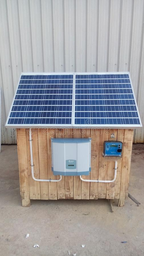 Ηλιακός στην επίδειξη συστημάτων πλέγματος με την πολυ κρυστάλλινη ενότητα στοκ εικόνες