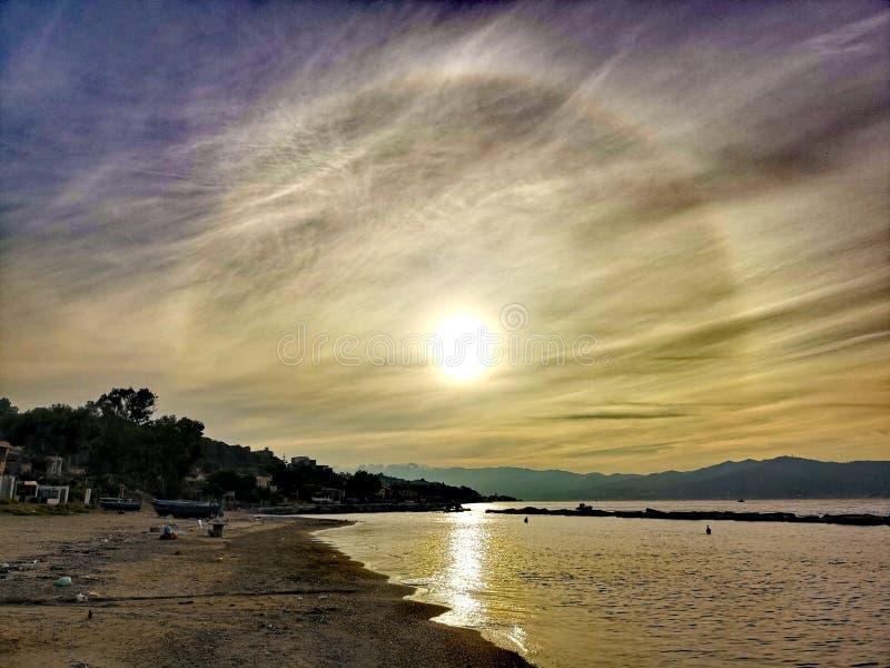 Ηλιακός φωτοστέφανος με τα whispy σύννεφα στοκ φωτογραφία με δικαίωμα ελεύθερης χρήσης