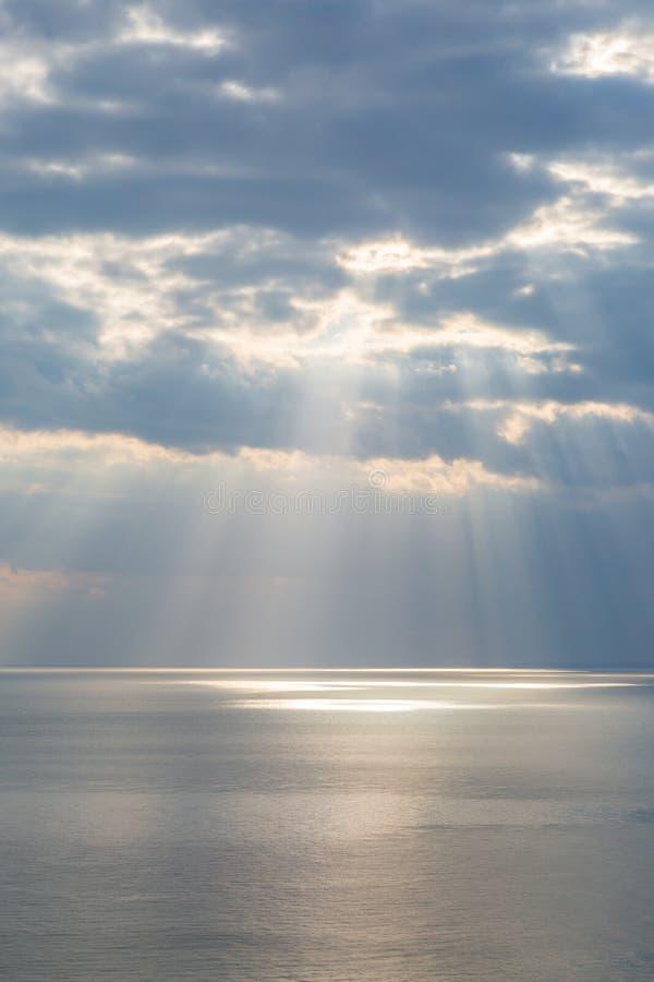 Ηλιαχτίδες πέρα από τον ωκεανό στοκ φωτογραφία με δικαίωμα ελεύθερης χρήσης