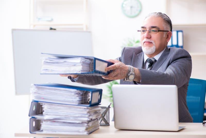 Ηλικίας άνδρας υπάλληλος δυστυχισμένος με την υπερβολική εργασία στοκ φωτογραφία με δικαίωμα ελεύθερης χρήσης