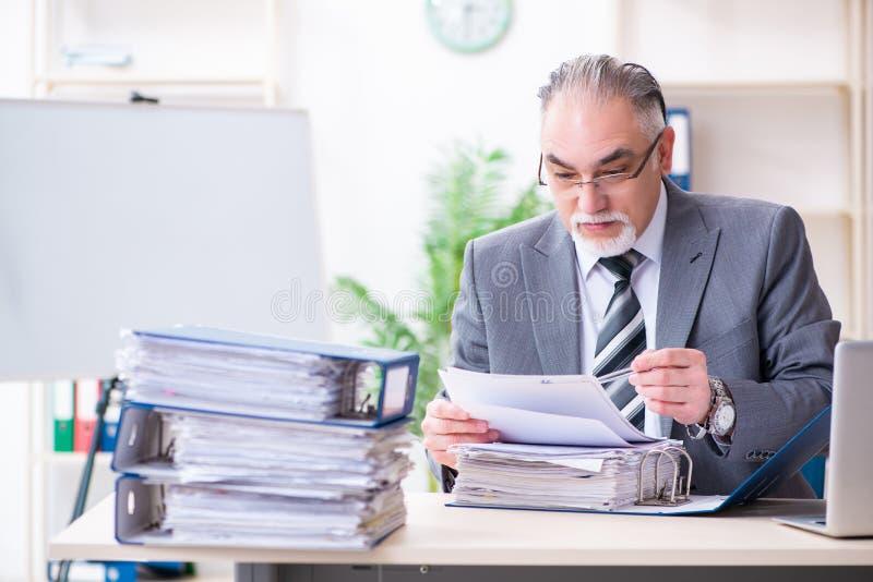 Ηλικίας άνδρας υπάλληλος δυστυχισμένος με την υπερβολική εργασία στοκ εικόνες με δικαίωμα ελεύθερης χρήσης