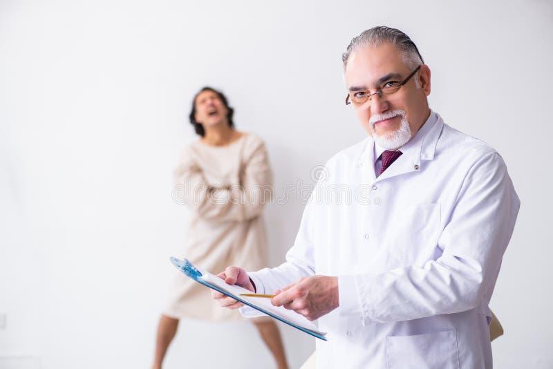 Ηλικίας αρσενικός ψυχίατρος γιατρών που εξετάζει το νέο ασθενή στοκ φωτογραφία με δικαίωμα ελεύθερης χρήσης
