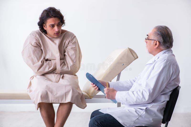 Ηλικίας αρσενικός ψυχίατρος γιατρών που εξετάζει το νέο ασθενή στοκ εικόνες με δικαίωμα ελεύθερης χρήσης