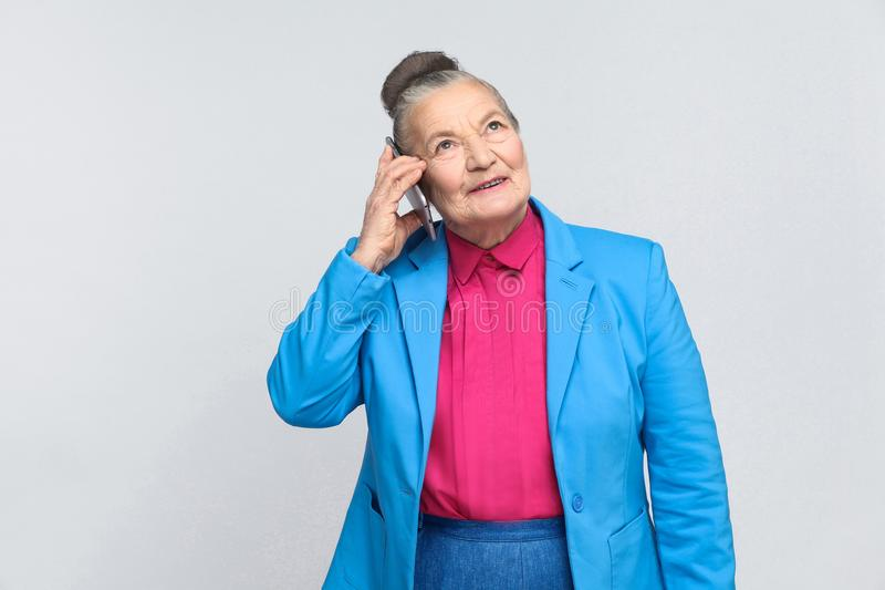 Ηλικίας γυναίκα που μιλά στοκ φωτογραφία με δικαίωμα ελεύθερης χρήσης
