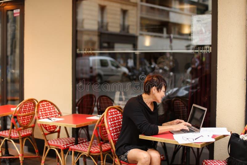 ηλικίας θηλυκό screenwriter που εργάζεται με το σενάριο στο lap-top στοκ εικόνες με δικαίωμα ελεύθερης χρήσης