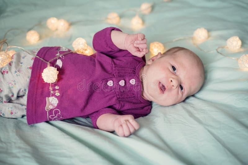 Ηλικίας κοριτσάκι ενός μήνα στο κρεβάτι στοκ φωτογραφίες με δικαίωμα ελεύθερης χρήσης