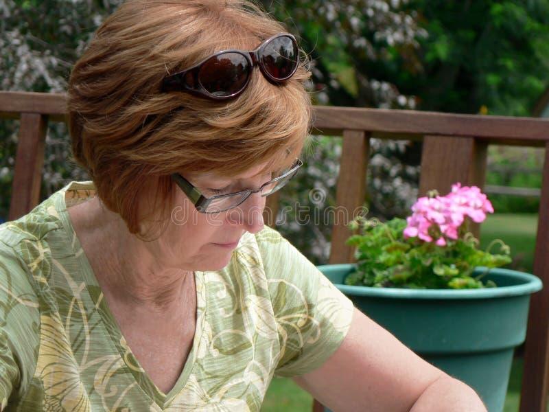 ηλικίας μέση γυναίκα κήπων στοκ εικόνες