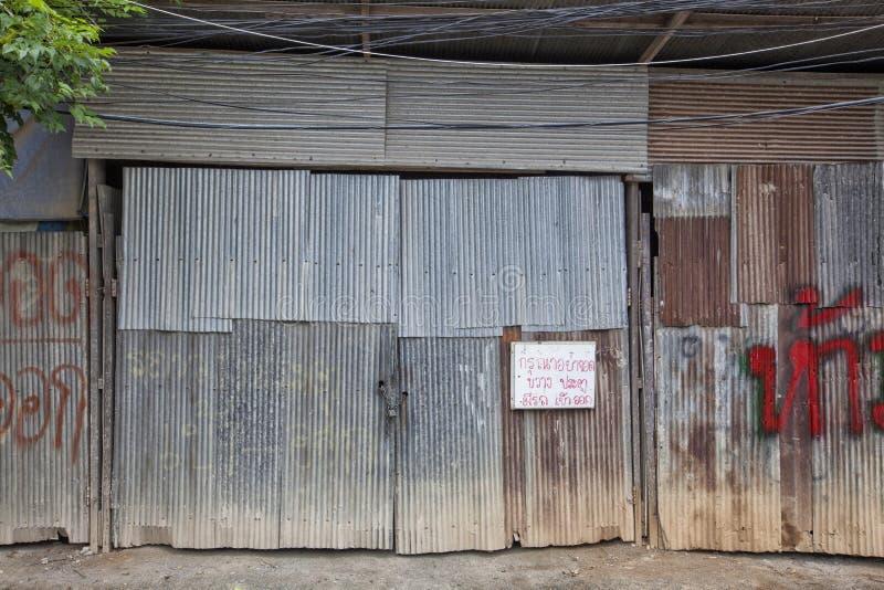 ηλικίας, φορεμένη παλαιά πόρτα γκαράζ στο αστικό κτήριο στοκ εικόνα με δικαίωμα ελεύθερης χρήσης