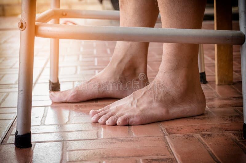 Ηλικιωμένα πόδια ατόμων με τον περιπατητή, ανώτερο άτομο που χρησιμοποιεί τον περιπατητή στοκ εικόνες