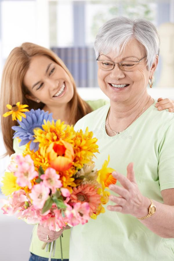 Ηλικιωμένες γυναίκα και κόρη που χαμογελούν ευτυχώς στοκ εικόνα