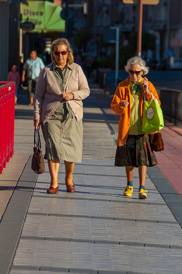 Ηλικιωμένες γυναίκες που περπατούν μέσω του Βαγιαδολίδ το Σεπτέμβριο του 2011 στοκ φωτογραφία με δικαίωμα ελεύθερης χρήσης