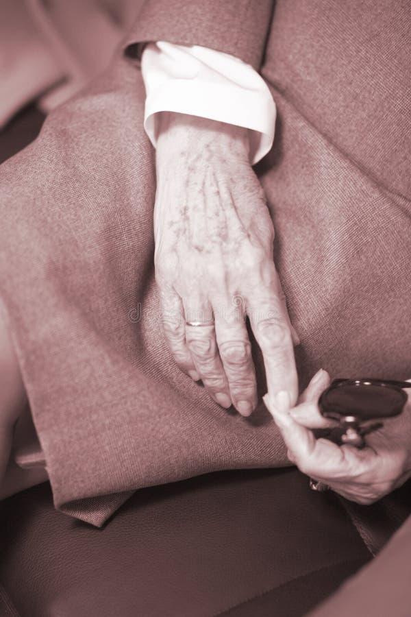 Ηλικιωμένες κυρίες στα γαμήλια κοστούμια στοκ φωτογραφίες με δικαίωμα ελεύθερης χρήσης
