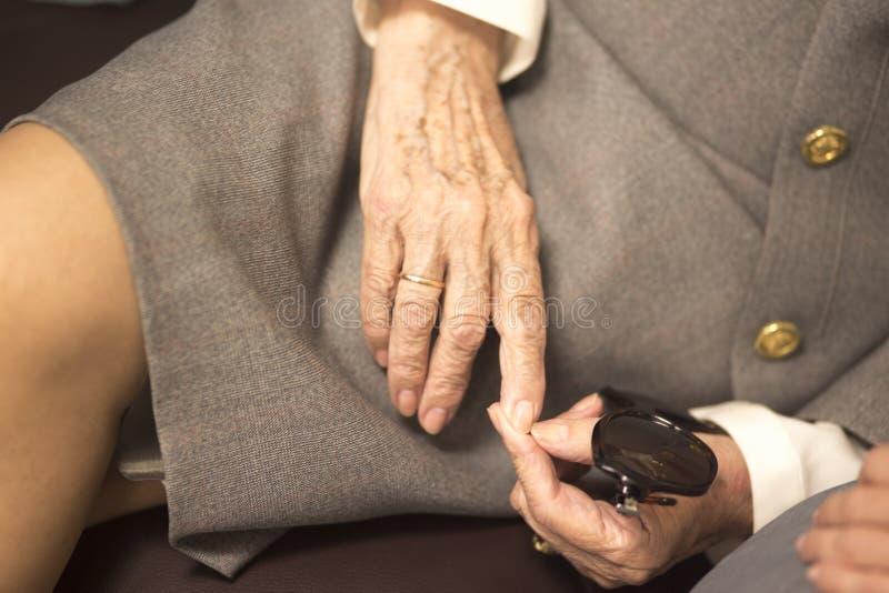Ηλικιωμένες κυρίες στα γαμήλια κοστούμια στοκ φωτογραφία