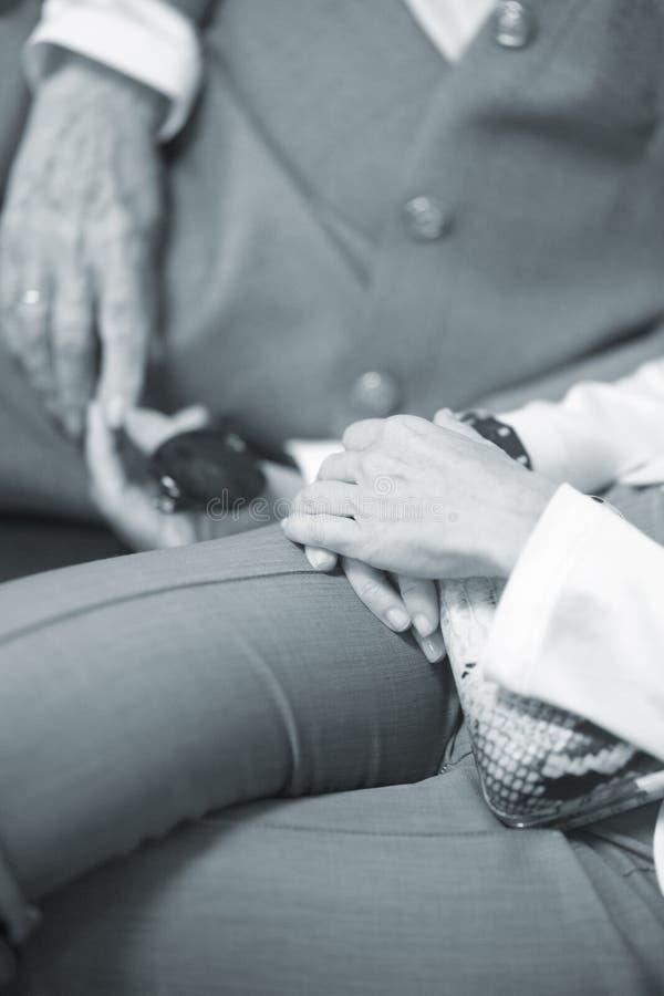 Ηλικιωμένες κυρίες στα γαμήλια κοστούμια στοκ εικόνα