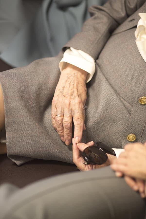 Ηλικιωμένες κυρίες στα γαμήλια κοστούμια στοκ φωτογραφία με δικαίωμα ελεύθερης χρήσης