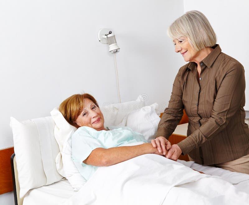 Ηλικιωμένη άρρωστη γυναίκα που παίρνει τον επισκέπτη στοκ εικόνα με δικαίωμα ελεύθερης χρήσης