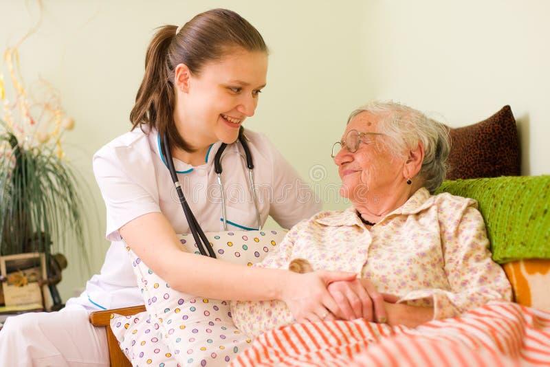 ηλικιωμένη βοηθώντας άρρω&sigm στοκ φωτογραφίες