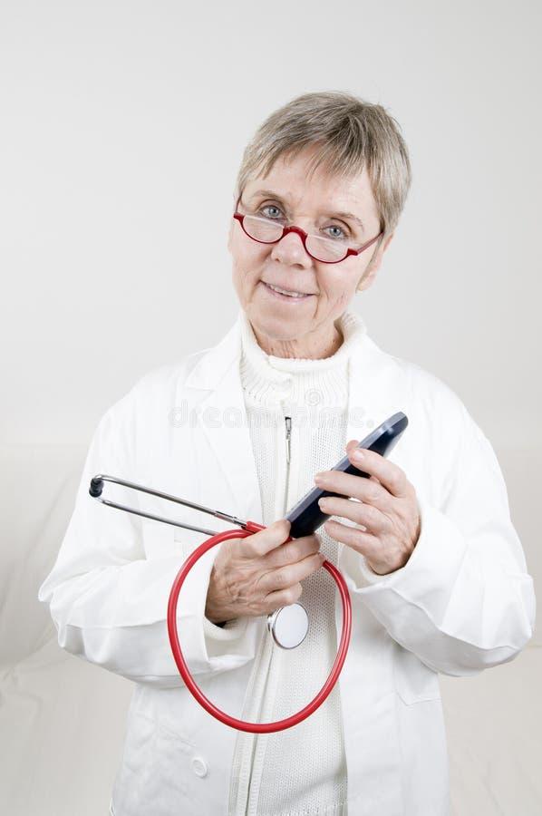 ηλικιωμένη γυναίκα γιατρώ&n στοκ εικόνες