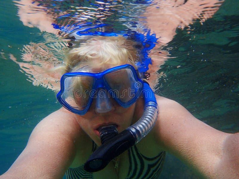 Ηλικιωμένη γυναίκα κάτω από το νερό στοκ εικόνες