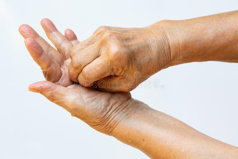 Ηλικιωμένη γυναίκα και x27, με τα χέρια να πλένουν τα χέρια της στο βήμα 6 στο λευκό φόντο, Πρόληψη από το covid19, 7 βήματα πλύσ στοκ εικόνα με δικαίωμα ελεύθερης χρήσης
