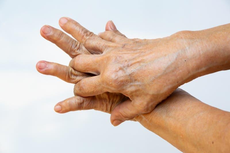 Ηλικιωμένη γυναίκα και x27, με τα χέρια να πλένουν τα χέρια της στο βήμα 3 στο λευκό φόντο, Πρόληψη από το covid19, 7 βηματάκια π στοκ εικόνες