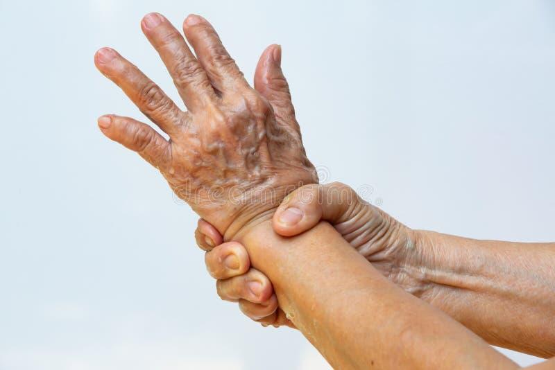 Ηλικιωμένη γυναίκα και x27, με τα χέρια να πλένουν τα χέρια της στο βήμα 7 στο λευκό φόντο, Πρόληψη από το covid19, 7 βήματα πλύσ στοκ εικόνες