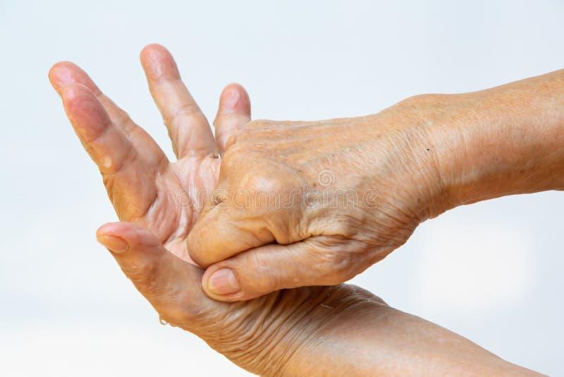 Ηλικιωμένη γυναίκα και x27, με τα χέρια να πλένουν τα χέρια της στο βήμα 4 στο λευκό φόντο, Κλείσιμο & Μακροεντολή, Επιλεκτική εσ στοκ εικόνες