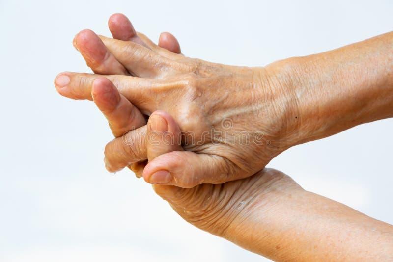 Ηλικιωμένη γυναίκα και x27. Με τα χέρια να πλένουν τα χέρια της στο 2ο βήμα στο λευκό φόντο. Πρόληψη από το 19ο, 7 βήματα πλύσιμο στοκ εικόνες
