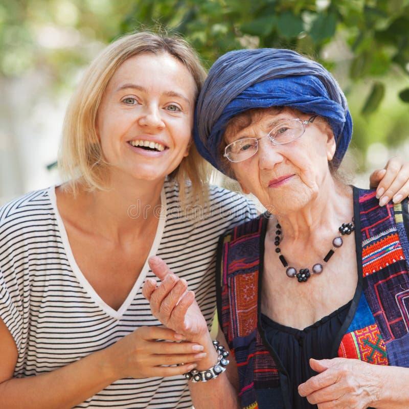 Ηλικιωμένη γυναίκα με την εγγονή στοκ εικόνες