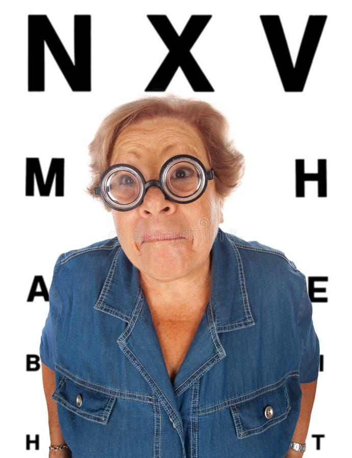 Ηλικιωμένη γυναίκα με τον πίνακα για την εξέταση οφθαλμών στοκ φωτογραφία