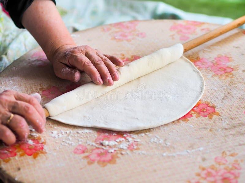 Ηλικιωμένη γυναίκα που κατασκευάζει το ψωμί της Τουρκίας στοκ φωτογραφία με δικαίωμα ελεύθερης χρήσης