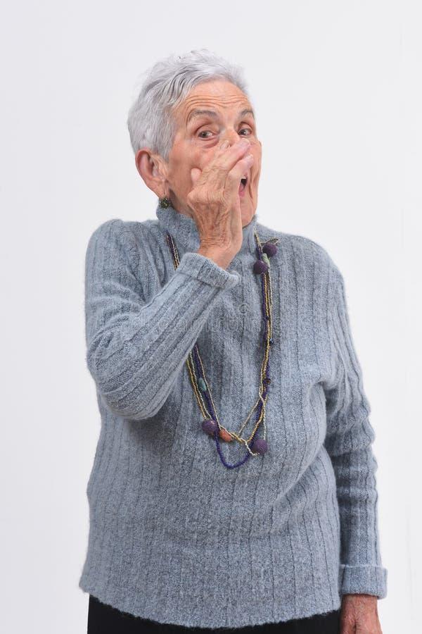 Ηλικιωμένη γυναίκα που λέει ένα μυστικό στοκ εικόνες