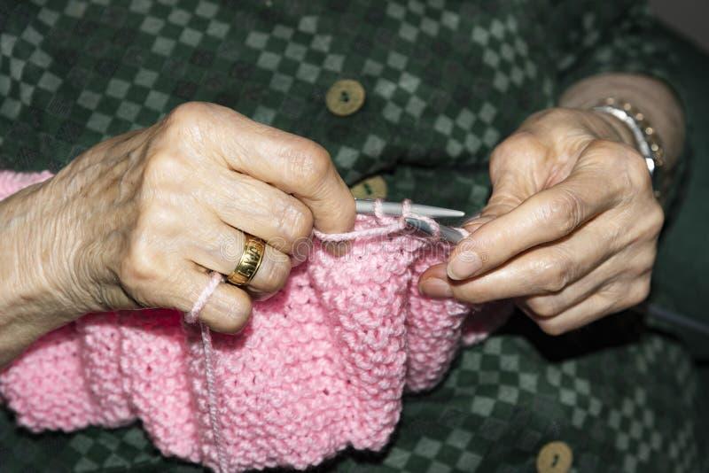 Ηλικιωμένη γυναίκα που πλέκει στο σπίτι στοκ φωτογραφία