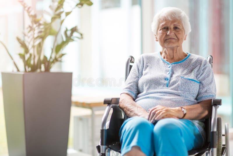 Ηλικιωμένη γυναίκα στην αναπηρική καρέκλα στο νοσοκομείο στοκ φωτογραφίες με δικαίωμα ελεύθερης χρήσης