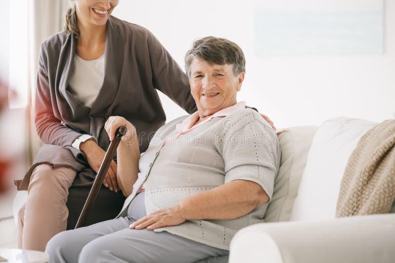 Ηλικιωμένη γυναίκα στο γηροκομείο στοκ φωτογραφίες