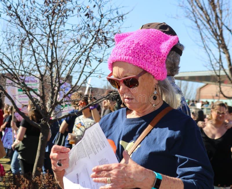 Ηλικιωμένη γυναίκα στο ρόδινο καπέλο γατών στο Μάρτιο των γυναικών σε Tulsa Οκλαχόμα ΗΠΑ 1-20-2018 στοκ εικόνες