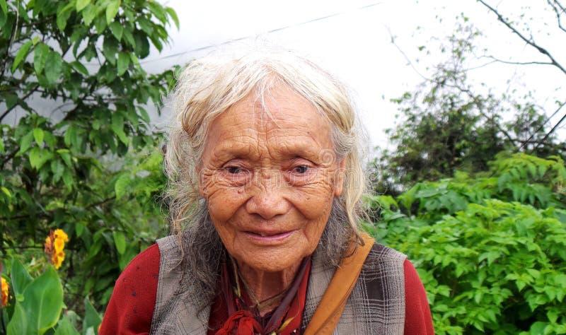 Ηλικιωμένη γυναίκα στο Sikkim Ινδία στοκ εικόνες