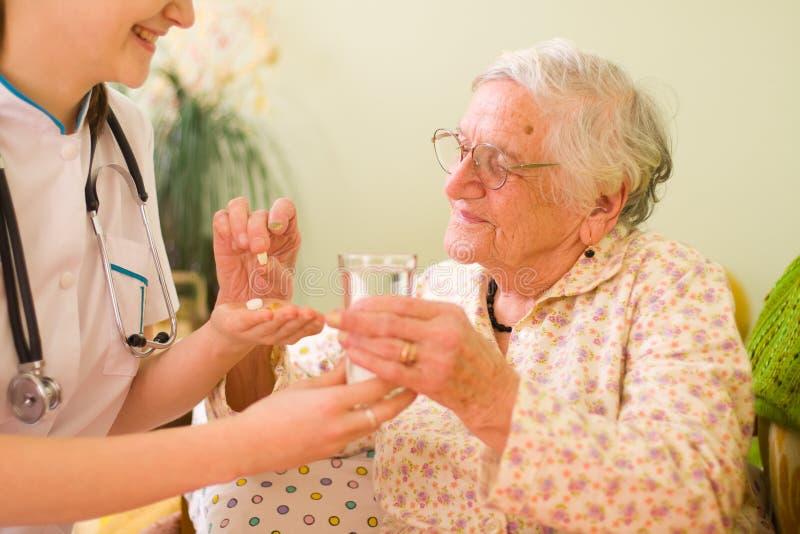 ηλικιωμένη γυναίκα φαρμάκ&ome στοκ εικόνα