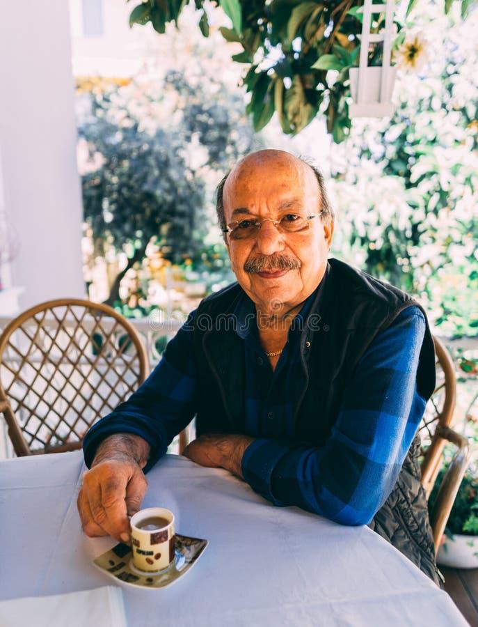 Ηλικιωμένη συνεδρίαση ατόμων στον πίνακα και τον τουρκικό καφέ ποτών στοκ φωτογραφία με δικαίωμα ελεύθερης χρήσης