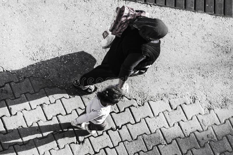 Ηλικιωμένη τουρκική γυναίκα που περπατά στην οδό με την ανηψιά της στοκ εικόνες με δικαίωμα ελεύθερης χρήσης
