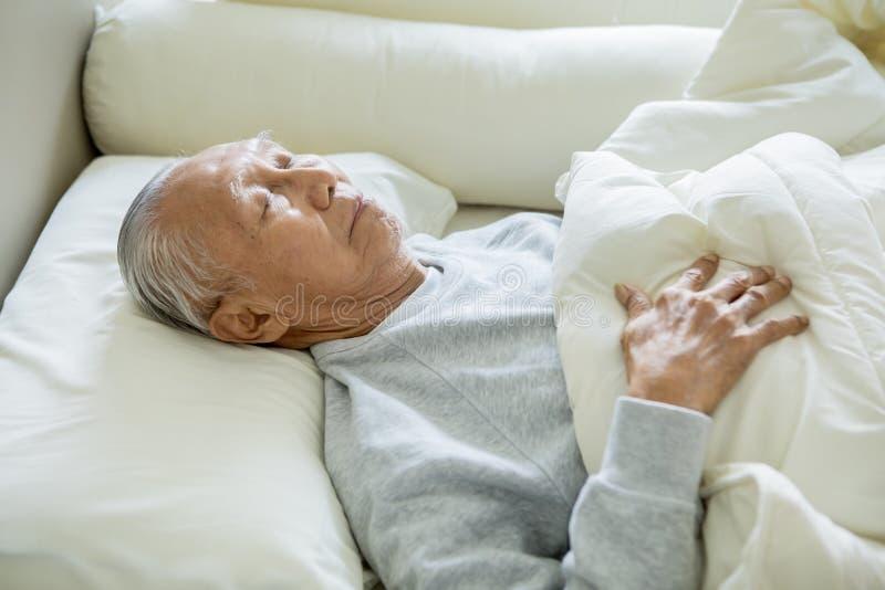 Ηλικιωμένος ύπνος ατόμων στο κρεβάτι στοκ εικόνα με δικαίωμα ελεύθερης χρήσης