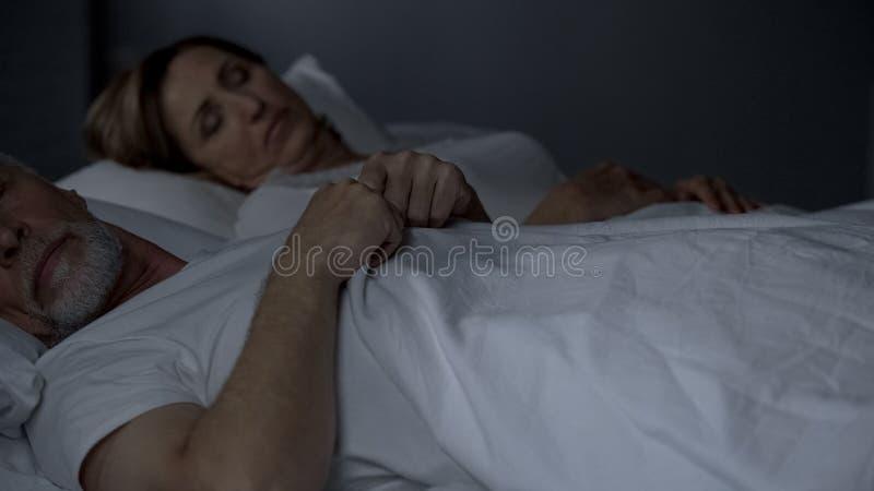 Ηλικιωμένος ύπνος ζευγών στο κρεβάτι, έλλειψη προβλημάτων συγκινήσεων με την εμμηνόπαυση δύναμης στοκ εικόνα με δικαίωμα ελεύθερης χρήσης