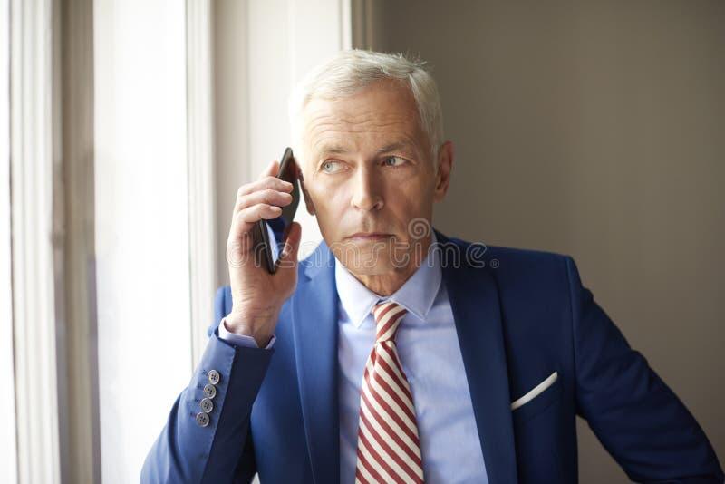 Ηλικιωμένο άτομο με το κινητό τηλέφωνο στοκ εικόνες με δικαίωμα ελεύθερης χρήσης