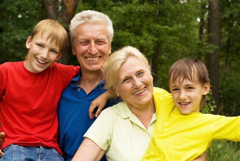 Ηλικιωμένο ζεύγος με τα εγγόνια τους στοκ εικόνα με δικαίωμα ελεύθερης χρήσης