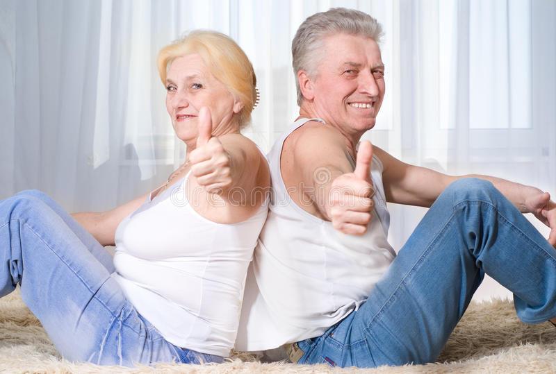 Ηλικιωμένο ζεύγος που χαμογελά από κοινού στοκ εικόνα με δικαίωμα ελεύθερης χρήσης