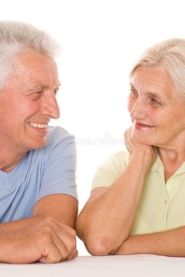 Ηλικιωμένο ζεύγος σε ένα λευκό στοκ φωτογραφία με δικαίωμα ελεύθερης χρήσης
