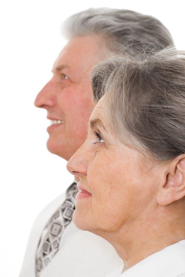 Ηλικιωμένο ζεύγος σε μια άσπρη ανασκόπηση στοκ εικόνες