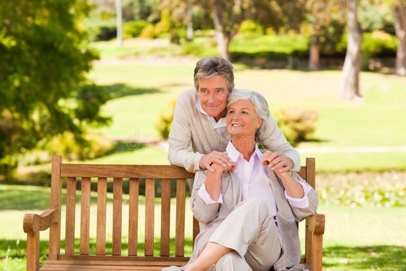 Ηλικιωμένο ζεύγος στο πάρκο στοκ φωτογραφία με δικαίωμα ελεύθερης χρήσης